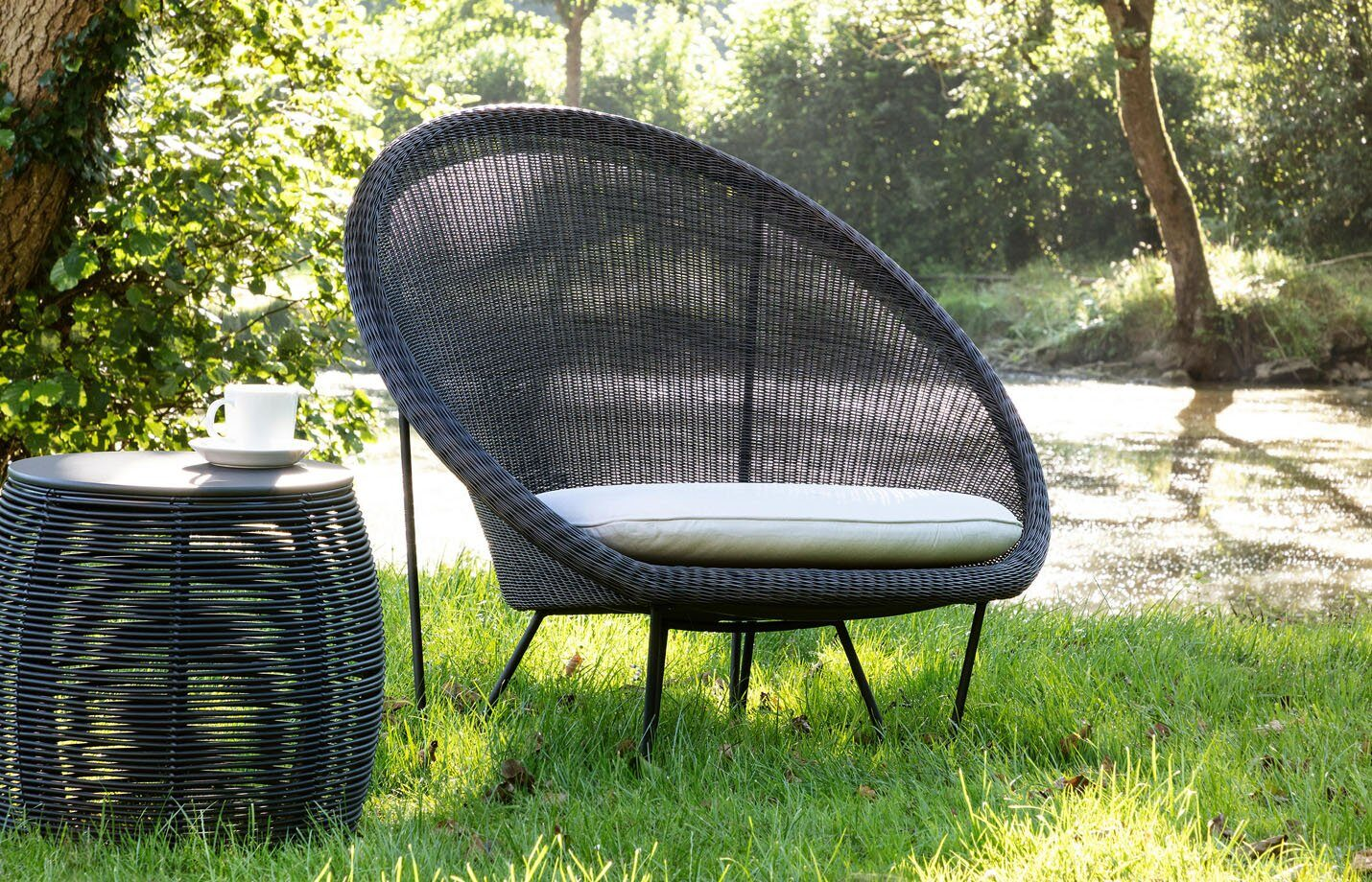 Gipsy-cocoon-Lounge-chair-black-base-LS01